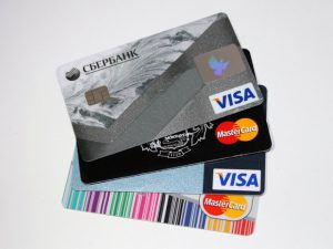 Teoretycznie samo posiadanie karty kredytowej nie wiąże się z żadnymi dodatkowymi zobowiązaniami finansowymi